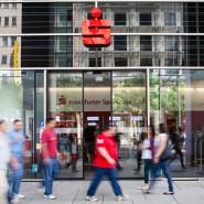 Die Kunden kommen und gehen – aber die Vertriebsvergütungen bleiben drinnen: Sparkassen wollen Provisionen für den Wertpapierverkauf behalten.