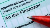 Die Steuererklärung als lukrativ verzinste Geldanlage? Ein Kugelschreiber liegt auf dem Formular einer Einkommenssteuererklärung.
