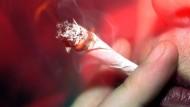 Die klassische Methode, sich an Cannabis zu berauschen: Ein Joint wird geraucht.