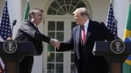 Der brasilianische Präsident Jair Bolsonaro (l) und der amerikanische Präsident Donald Trump nach ihrem Treffen im Weißen Haus