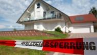 Absperrband der Polizei vor dem Haus des getöteten Kasseler Regierungspräsidenten Walter Lübcke.