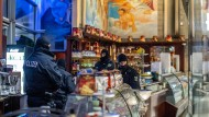 """Polizisten durchsuchen im Rahmen der """"Operation Pollino"""" ein Eiscafé."""