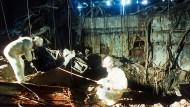 Bergungsmannschaften 1986 bei Aufräumarbeiten nach der Atomkatastrophe von Tschernobyl