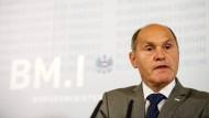 Innenminister Wolfgang Sobotka (ÖVP) hat dieser Tage angeregt, einen neuen Straftatbestand einzuführen, um Reichsbürger-Aktivitäten zu unterbinden.
