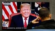 Ein Mann verfolgt am Dienstagabend auf der Consumer Electronics Show in Las Vegas die Rede von Präsident Trump