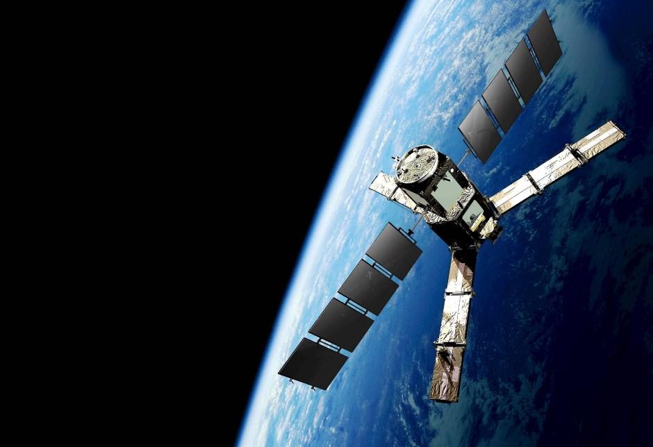 Der Smos Satellit der Esa dient der Erforschung der Feuchtigkeit der Erdoberfläche und der Salinität der Ozeane.