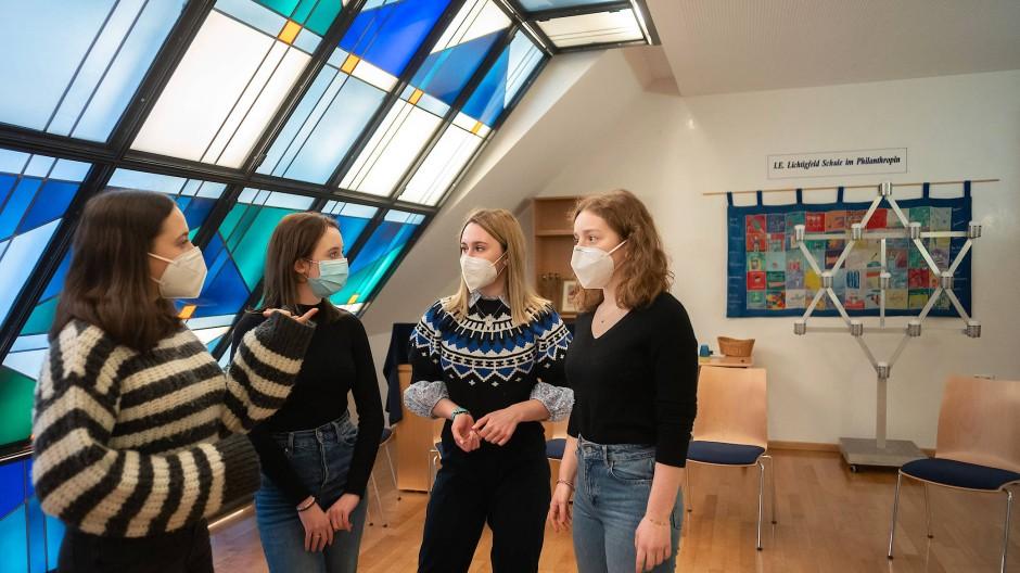 Bald fertig: die Abiturientinnen Mascha, Leah, Elisabeth und Joelle (von links) im Gebetsraum ihrer Schule