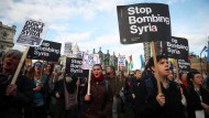 Demonstranten protestieren am Montag in London gegen den Militär-Einsatz in Syrien.