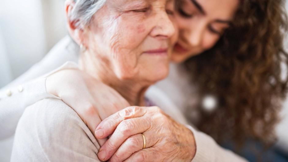 """Generationen verbinden: Unter dem Titel """"Jung und Alt – Oma und Opa erzählt doch mal"""" können sich junge und ältere Menschen austauschen (Symbolbild)."""