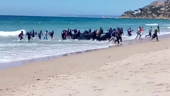 Flüchtlingsboot strandet in Urlaubsregion