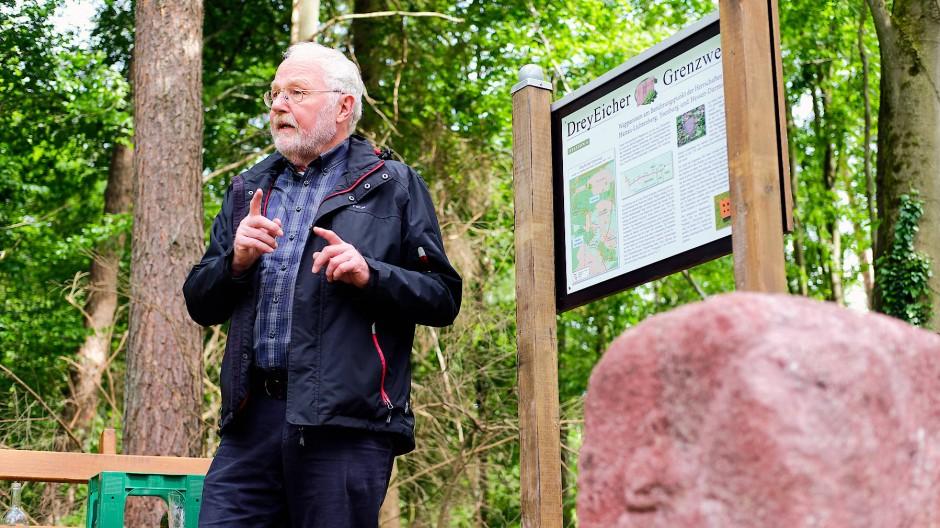 Wilhelm Ott erläutert den Grenzweg an einem alten Markierungsstein.