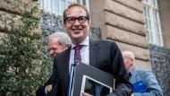 Verkehrsminister Alexander Dobrindt (CSU) kommt in Berlin zur Sitzung der neuen Landesgruppe der CSU im Bundestag.