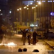 Demonstranten blockieren am Rande der tunesischen Hauptstadt Tunis eine Straße, als es am 17. Januar zu Zusammenstößen mit Sicherheitskräften kommt.