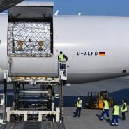 Heiß ersehnt: Ein Lufthansaflugzeug wird in Schanghai beladen.