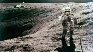 Duke am Plum-Krater: Im Hintergrund ist der Mond-Rover zu sehen.