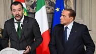 Arbeiten sie bald wieder zusammen? Matteo Salvini (l.) und Silvio Berlusconi im April 2018 bei einer Pressekonferenz in Rom
