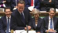 Wechselfreuden: David Cameron lacht im Unterhaus so unbeschwert wie seine Nachfolgerin May.