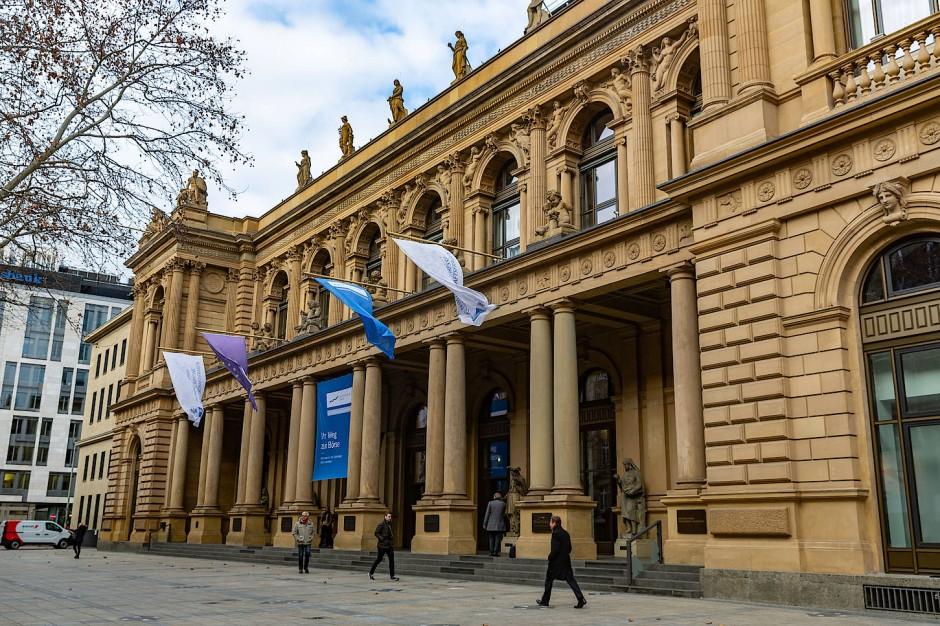 Eingang zur Frankfurter Börse und IHK