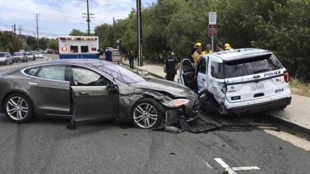 """Tesla prallt mit """"Autopilot"""" in Polizeiwagen"""