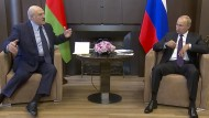 Mit der Körpersprache eines Vasallen: Alexander Lukaschenka macht Wladimir Putin in Sotschi seine Aufwartung.