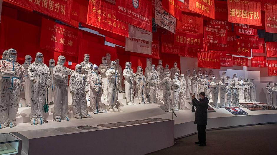 """Corona-Helden-Verehrung in der Regierungs-Ausstellung """"Menschen zuerst, Leben zuerst"""" in Wuhan"""