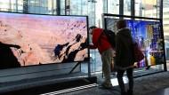 Was bloß hinter diesem Fernseher steckt? Das fragen sich nicht nur Samsung-Kunden immer öfter.