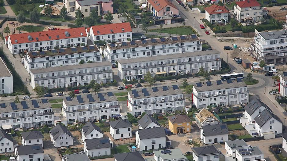 Eine Luftaufnahme zeigt Mehrfamilienhäuser und Reihenhäuser in Köln.