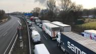 Nach einem Zwischenfall in einem Chemiebetrieb in Oberhausen stehen Autos auf der Autobahn 42 im Stau.