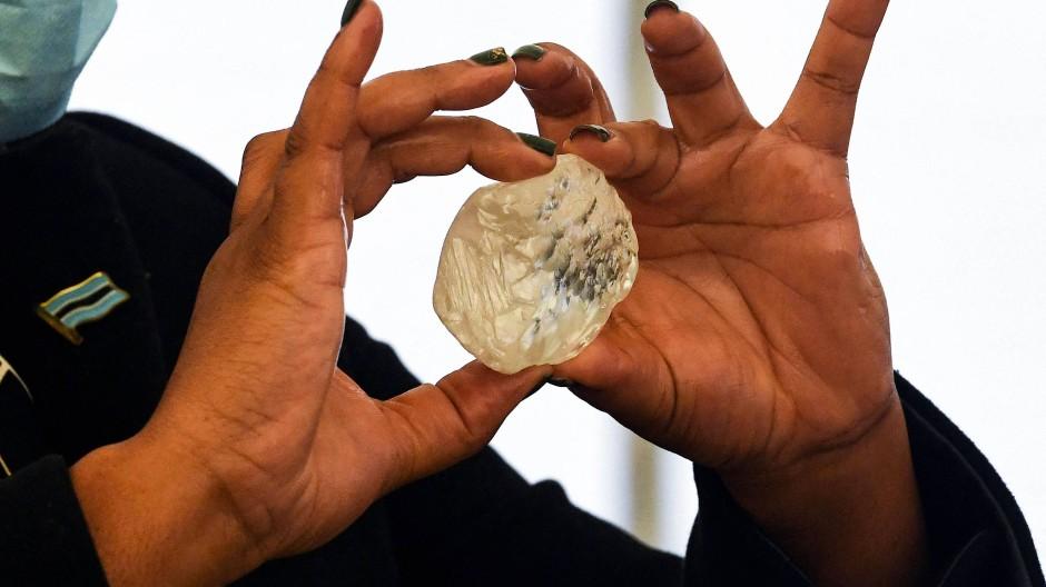 Anfang Juni wurde ein 1098 Karat schwerer Rohdiamanten aufgespürt, teilte der Betreiber des Bergwerks mit.