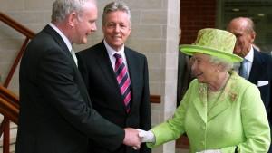 Handschlag zwischen Elisabeth II. und McGuinness