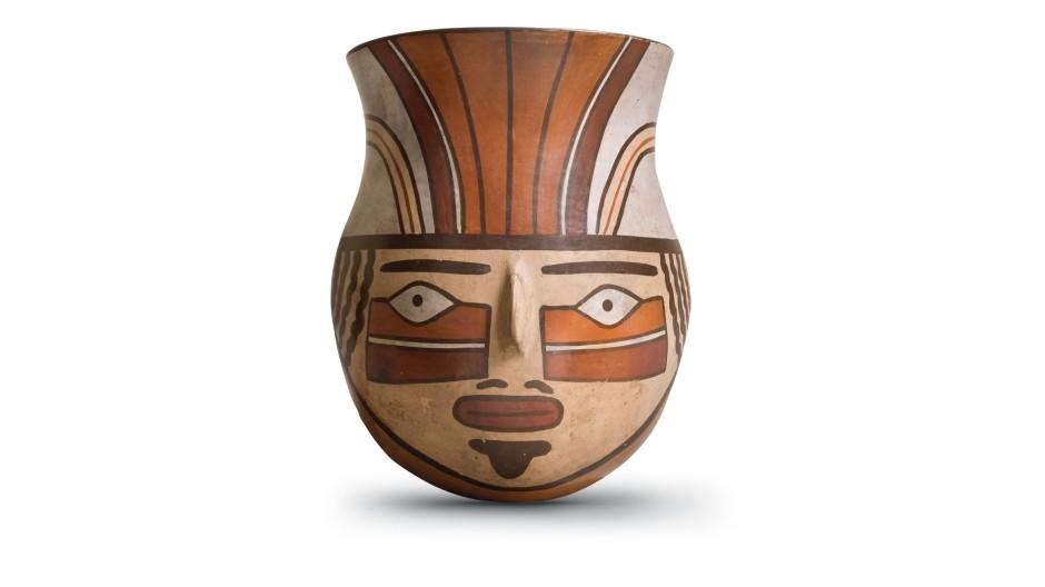 Eine Tasse im Stil der mittleren Nazca-Phase (300-450 n. Chr.), im Original 14,8 Zentimeter hoch.