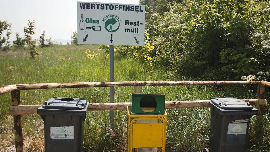 """Verschiedene Mülltonnen stehen an der """"Wertstoffinsel"""" an einem Strandzugang in Boltenhagen."""