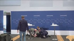 Pressekonferenz von Ohnmachtsanfall überschattet