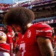 Footballprofi Colin Kaepernick und sein berühmt gewordener Kniefall während der amerikanischen Hymne.