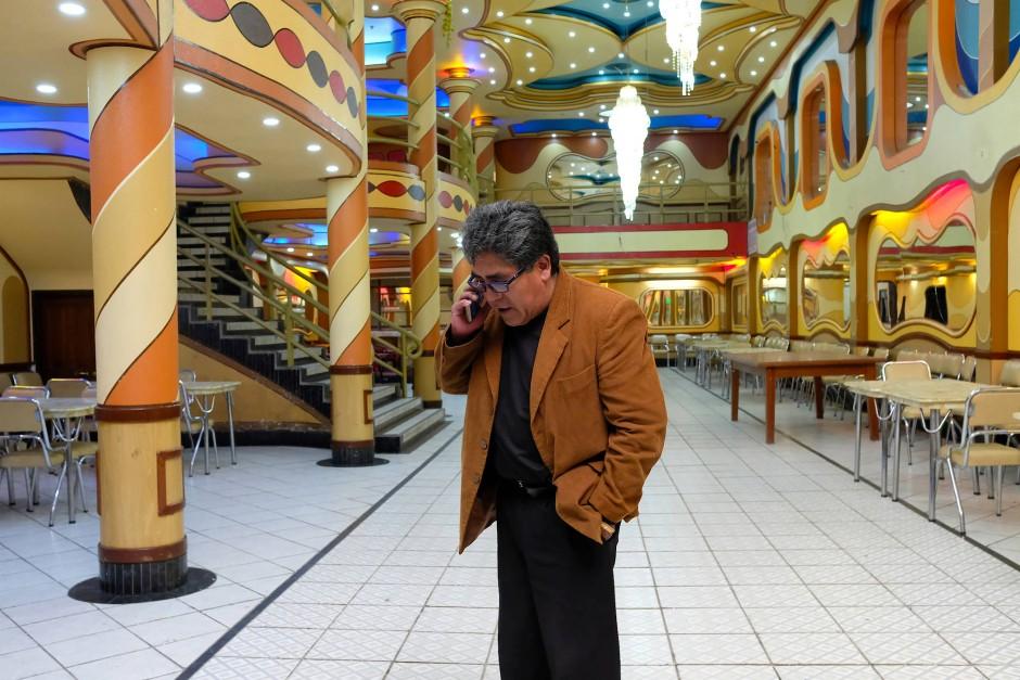 """Jhonny Segales, der Vorsitzende des Vereins der Eigentümer von Eventräumen in El Alto, steht in einem seiner farbenfrohen Event-Salons. Diese werden auch """"Cholets"""" genannt, eine Kombination aus den Wörtern  aus """"chalet"""" und """"cholo"""". Als """"Cholo"""" wird ein indigener Bewohner der Anden bezeichnet. Den Unternehmer beschäftigt die ungleich verteilte Steuerlast in Bolivien sehr."""