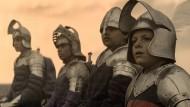 Alex (Louis Ashbourne Serkis) steht in Verbindung mit der mythischen Kraft, die England beschützt.
