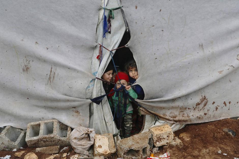 Kinder in einem Zelt, das Flüchtlinge in dem Ort Azaz nahe der syrisch-türkischen Grenze in der Provinz Idlib errichtet haben.