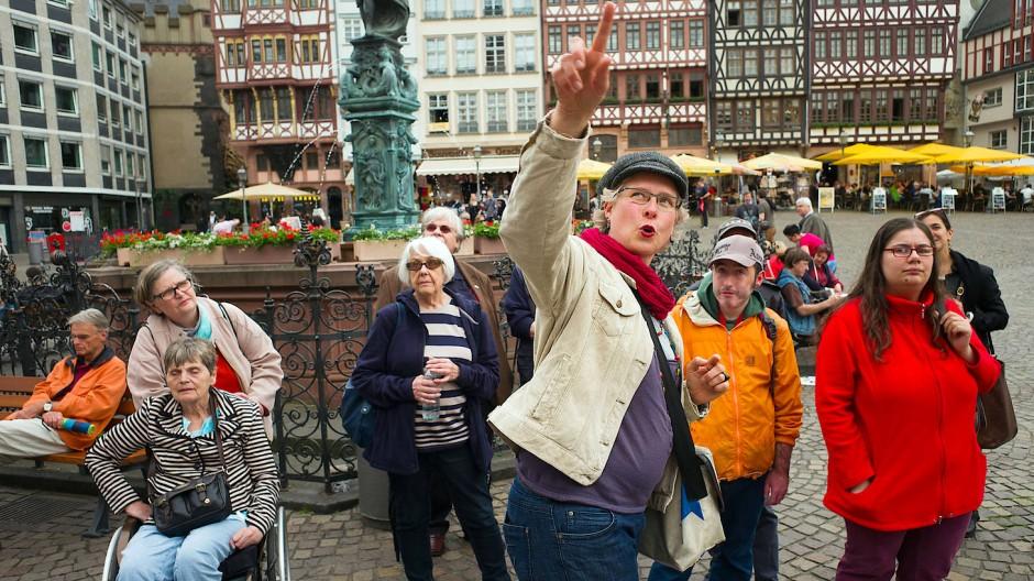 Teilhabe: Stadtführungen in leichter und einfacher Sprache gibt es in Frankfurt schon seit einigen Jahren. Hier erklärt VHS-Mitarbeiterin Andrea Maschke den Teilnehmern das historische Römer-Ensemble.