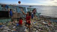 Spielen im Müll: Die Philippinen zählen zu den drei Hauptverursachern der Plastikverschmutzung.