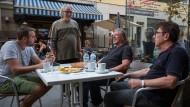 """In guter Gesellschaft: Stavros Kangarakis (Zweiter von rechts) unterhält die Stammgäste seines Lokals """"Taverna Leonidas"""" in Rüsselsheim."""