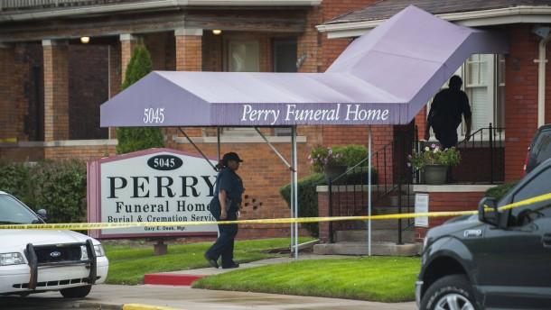 60 Föten in Bestattungshaus in Detroit entdeckt