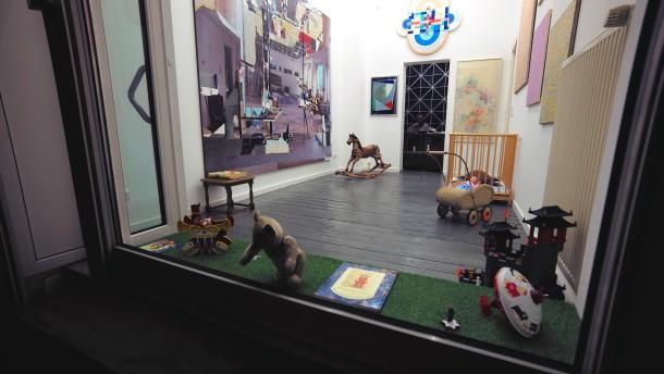 Puppen und Teddys in Sandip Shahs bewohnter Kunstinstallation
