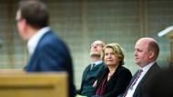Bisher eine Bank: die Dezernenten Stefan Maier, Sarah Sorge und Uwe Becker (von links).