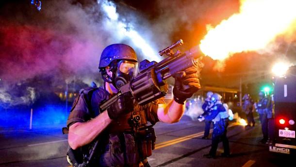 Amerikanische Polizei darf sich wieder Ausrüstung vom Militär besorgen