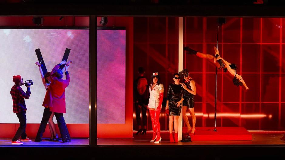 In Don Giovannis Nachtclub gibt es mehr als Sex von der Stange: Krankenschwester Elvira (Lenneke Ruiten) und Lederluder Anna (Simona Saturová, beide Mitte rechts) freuen sich auf lustige Rollenspiele.