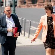 Sehr weit links: Saskia Esken, Ko-Vorsitzende der SPD mit Kollege Norbert Walter-Borjans, auf dem Weg zum Koalitionsgipfel im Bundeskanzleramt