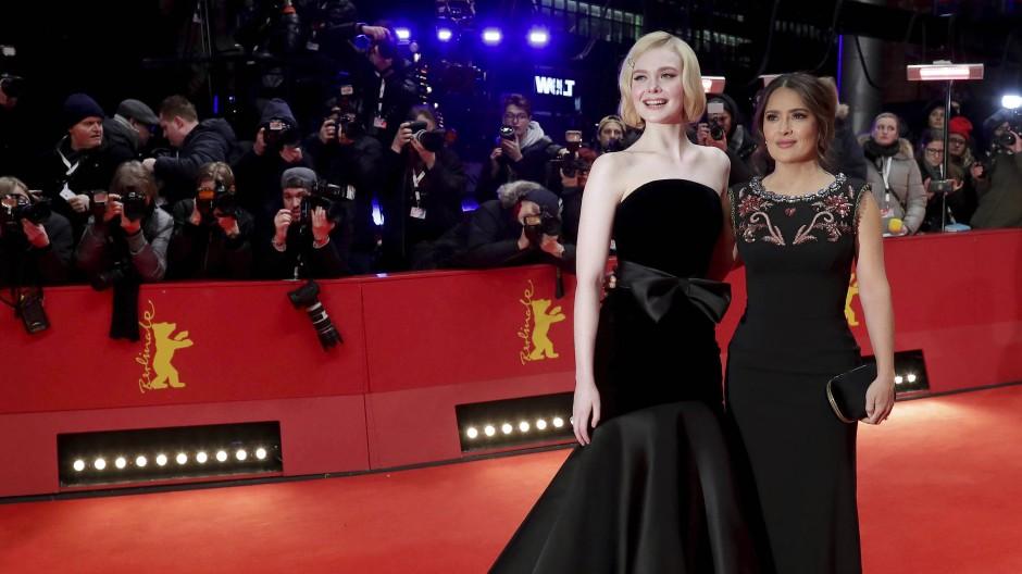 Normalerweise trage ich nie Schwarz: Elle Fanning mit Salma Hayek auf der Premiere von The Roads Not Taken im Februar