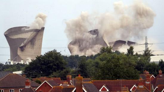 Kühltürme eines englischen Kraftwerks gesprengt