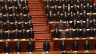 Chinas Präsident Xi Jinping (vorne, Mitte) neben ranghohen Beamten während der Eröffnungssitzung der Jahrestagung des Volkskongresses in der Großen Halle des Volkes am 4. März