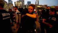 Angehörige der Polizei von Dallas nehmen an einem Trauerumzug mit Kerzen teil.